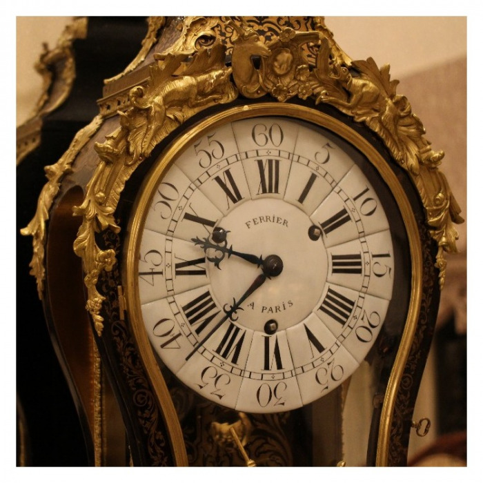 AN 18TH CENTURY LOUIS XV ORMOLU MOUNTED STAINED HORN AND BOULLE MARQUETRY BRACKET CLOCK. BY FERRIER, PARIS. CIRCA1745.