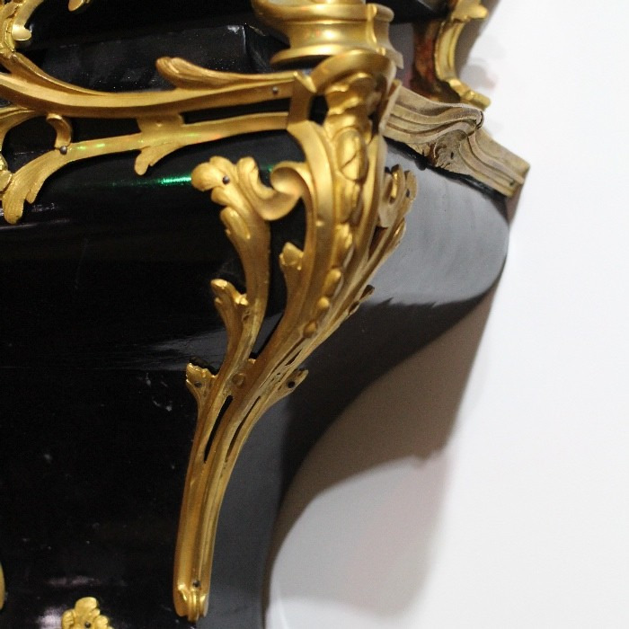 AN 18TH CENTURY LOUIS XV, GILT BRONZE, BLACK LACQUER CARTEL SIGNED MUSSON A ORLEANS. CIRCA 1765.