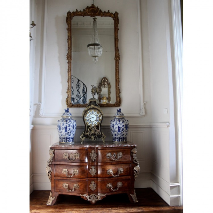 18TH CENTURY, REGENCE, ORMOLU-MOUNTED ARC-EN-ARBALÈTE KINGWOOD PARQUETRY COMMODE. ATTRIBUTED TO ETIENNE DOIRAT. CIRCA 1725