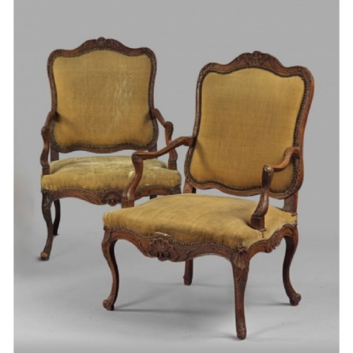 A PAIR OF 18TH CENTURY LOUIS XV PROVINCIAL FAUTEUILS A LA REINE. CIRCA. 1730.